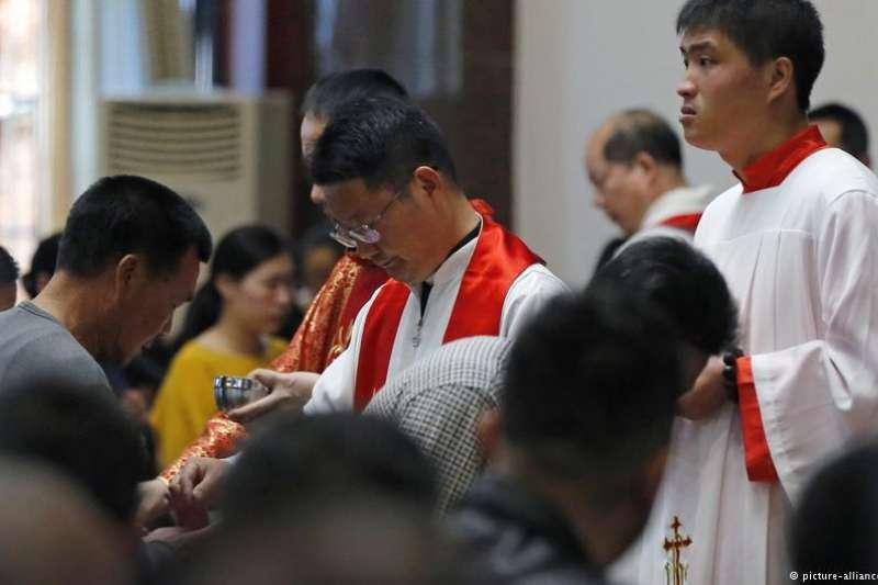 中國閩東屢遭打壓的地下教會主教敦希錦被迫讓出職位,成為北京任命的該教區主教的副手。這是中梵關系解凍付出的代價之一。(DW)
