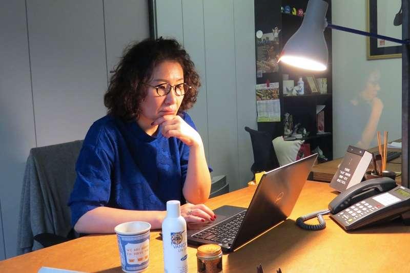 從事編劇工作近二十年,徐譽庭仍專心一志地投入創作故事當中。(圖/李孟軒 攝)(圖/李孟軒 攝)