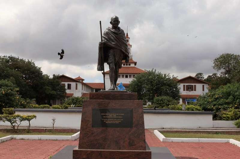 印度聖雄甘地被指曾對南非黑人種族歧視,迦納大學移除校內甘地銅像(AP)