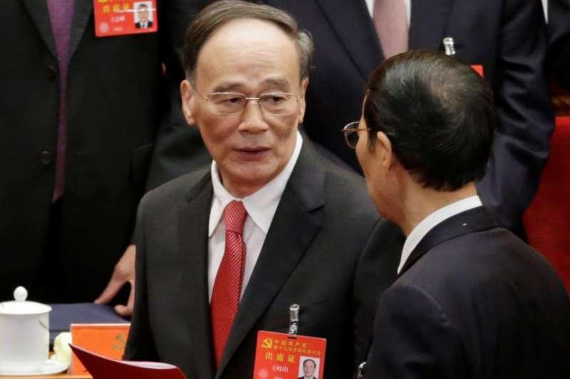 中國共產黨第十九次全國代表大會閉幕式之後,王岐山離開會場,這是他最後一天擔任中紀委書記和政治局常委。(美國之音)