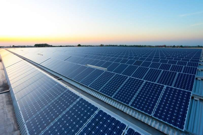 太陽光電費率明年最高將大砍超過一成,業者研擬1月要上街抗議,要求經濟部撤換提供費率資料的台經院,並以正確數據重新計算費率。(資料照,取自technews.tw)