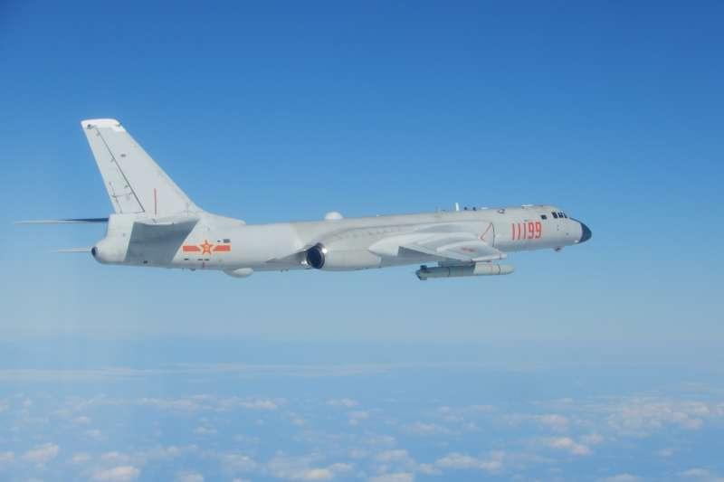 國防部18日下午發布新聞稿證實,共軍多架軍機、2艘作戰艦今接近我東南部海域屏東外海。圖為共軍轟六K型機。(國防部提供)