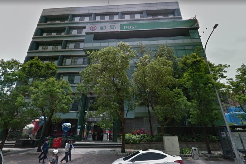 中華郵政盤點全國數十處節餘空間,將提供給衛生福利部建置長照中心、也有部分空間會配合各地方政府改建為社會住宅,其中第一家長照中心選在南港郵局。(翻攝自Google map街景)
