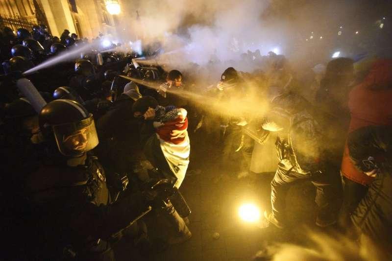 匈牙利萬人上街抗議勞動法是「奴隸法」。(AP)