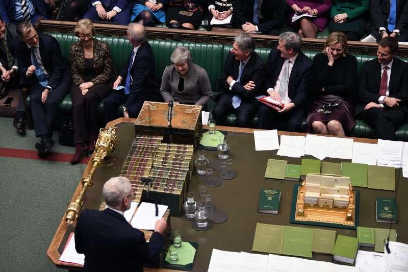 英國工黨黨魁柯賓(背對者)痛斥首相梅伊(正對面灰衣女士)拖延表決,要對她提不信任案(AP)