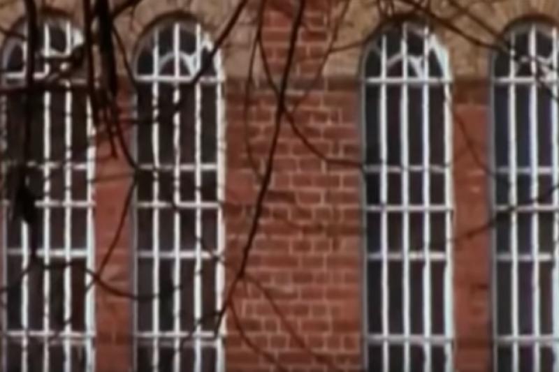 關精神病患的窗戶(圖/Mr Bodin@youtube)