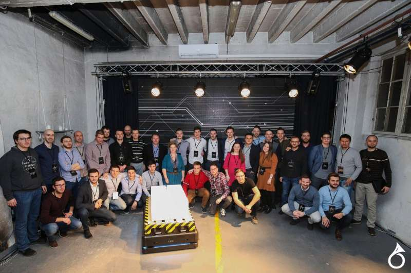 Gideon Brothers團隊與機器人合照。(作者提供)