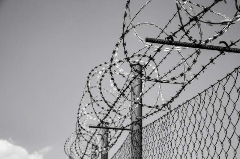 眾所皆知,關進監獄就是被剝奪自由,所以又叫做「自由刑」,意指被剝奪或限制犯罪人自由權之刑罰(如有期徒刑、無期徒刑、拘役等)。(圖/Public Domain)