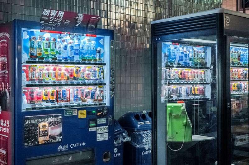 自動販賣機在我們的生活周遭隨處可見,不過你曾想過內部的運作原理嗎?(圖/Yi-hsuan Lin@flickr)