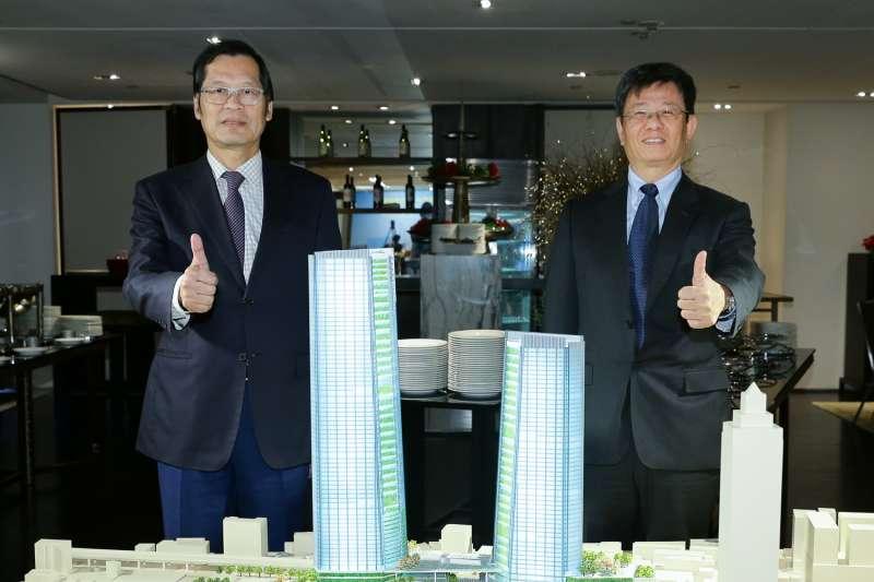 藍天宏匯團隊將於17日與台北市政府簽約。藍天電腦暨宏匯集團董事長許崑泰(左)與宏匯集團總裁黃坤泰(右)共同展示台北雙子。(藍天宏匯提供)