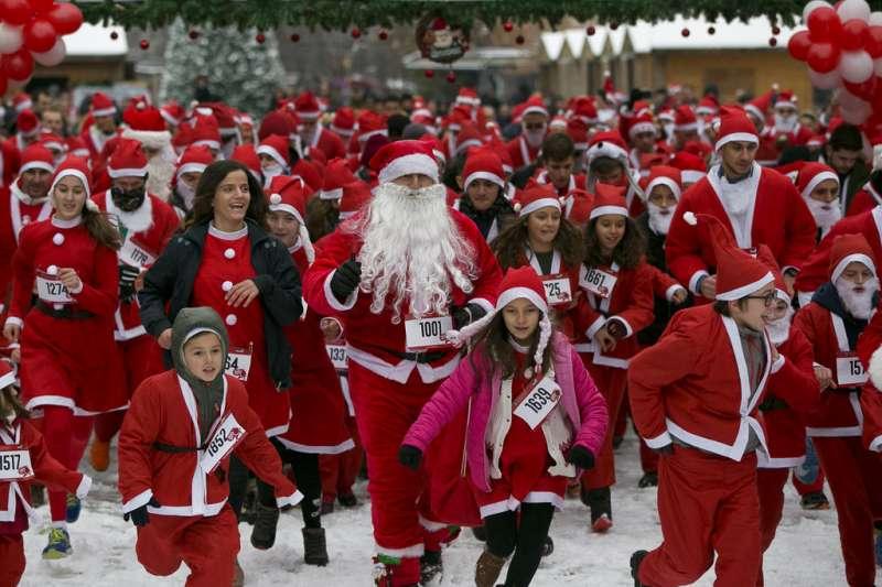 許多孩子期待聖誕節的到來,也相信聖誕老公公真實存在。(AP)