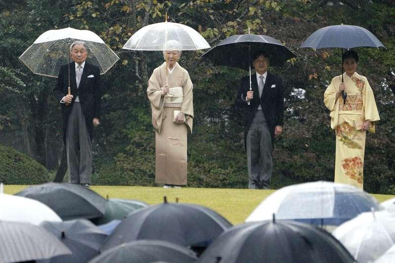 日本明仁天皇夫婦(左)與德仁皇太子夫婦(AP)