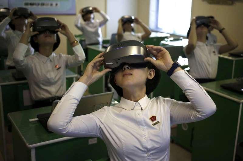 北韓大學生頭戴虛擬實境(VR)裝置(AP)