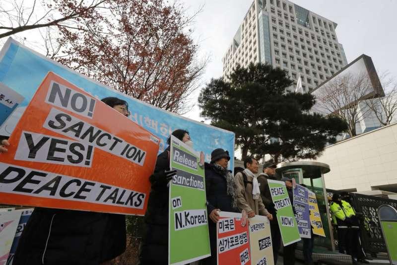 2018年12月20日,美國對北韓政策特別代表畢甘(Stephen Biegun)訪問南韓,南韓民眾在外交部前抗議,要求美國停止制裁北韓。(AP)