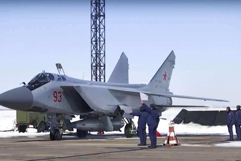 俄羅斯空軍一架米格-31戰鬥機攜帶新型高超音速飛彈準備從俄羅斯南部的一個空軍基地起飛。(美國之音)