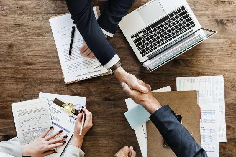 進化型組織的概念中,確保每個人都能自由協助公司追尋宗旨,主管與員工均從信任出發,並讓個人能有決策機會,避免把權力集中在少數高層手中。示意圖。(資料照,取自pixabay)