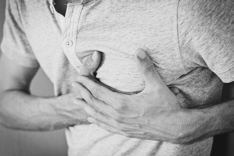 胸悶、胸痛,是絕對不可忽視的警訊。(圖/Pixabay)