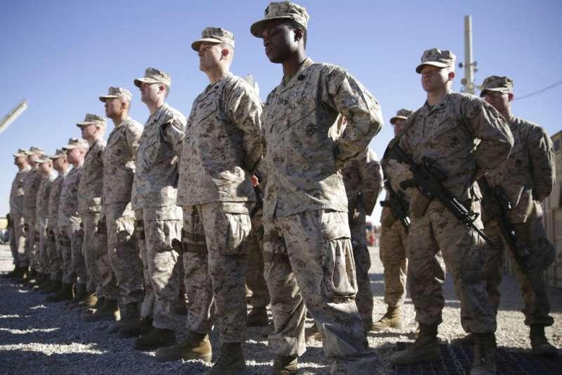 美國官員20日透露,美軍將把半數軍力撤出阿富汗。圖為駐守在阿富汗的美軍陸戰隊。(AP)