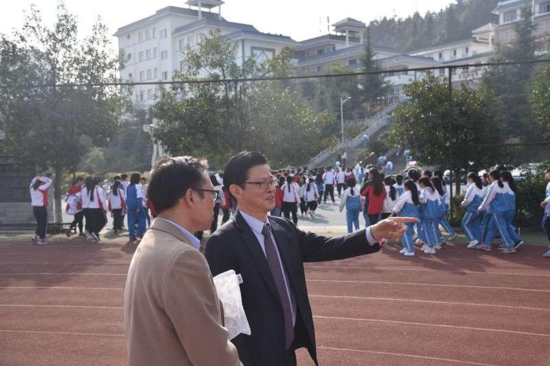「老校長」陳立群正在介紹學生學習生活情況。(新華社)