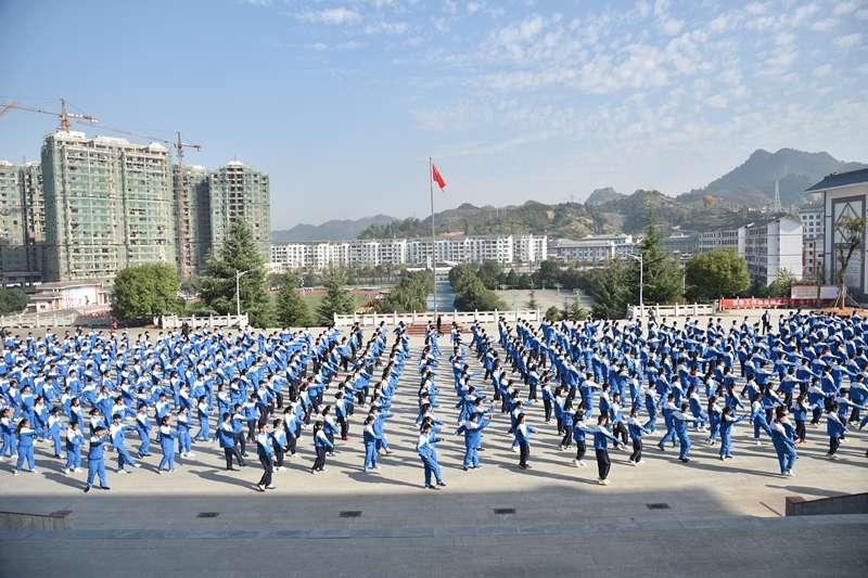 朝氣蓬勃的台江縣民族中學的學生們正在做課間操。(新華社)