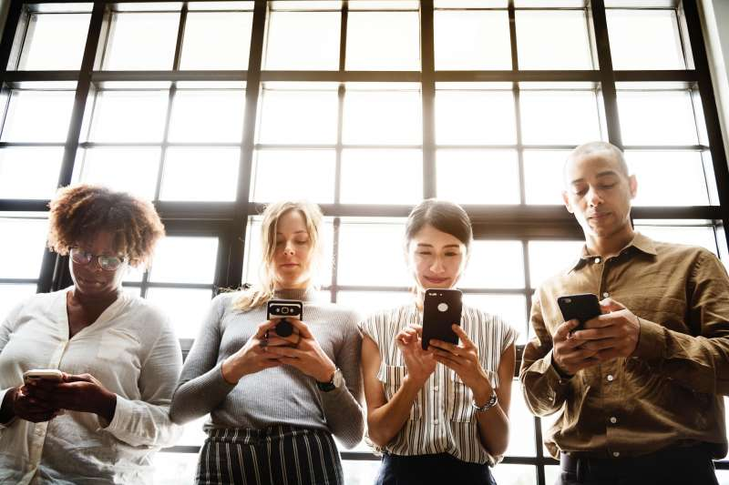 社群媒體影響真實生活中的人際關係,也進而影響我們的心理健康。(圖/取自pexels)