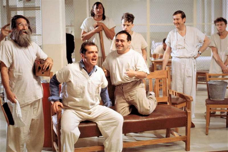 1972年,心理學家羅森漢恩讓8名正常人裝瘋、臥底精神病院,沒想到這場心理實驗超失控、沒人能夠證明自己沒瘋,結局更震撼了整個醫學界!(圖/《飛越杜鵑窩》劇照,取自imdb官網)
