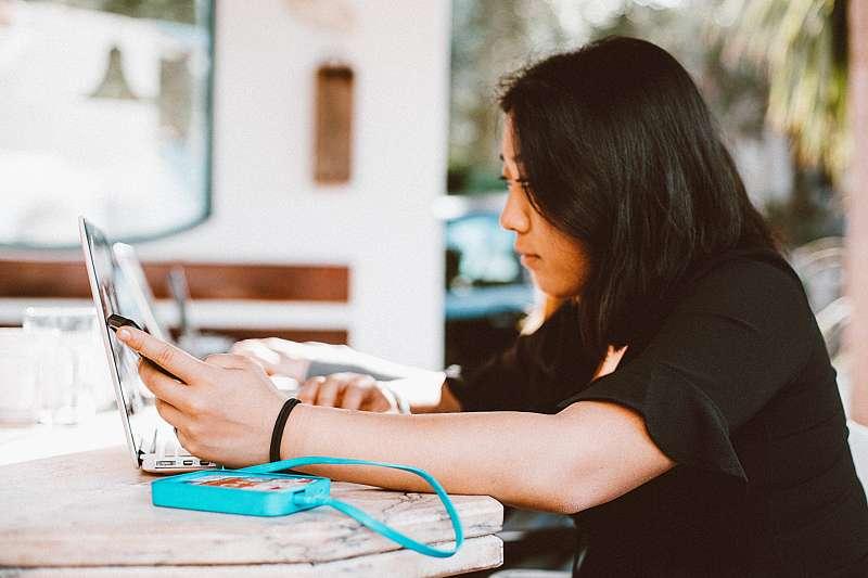 同時用手機滑臉書、用電腦打報告,再瞄一眼正在看的電視,真的是可能的嗎?(圖/取自pexels)