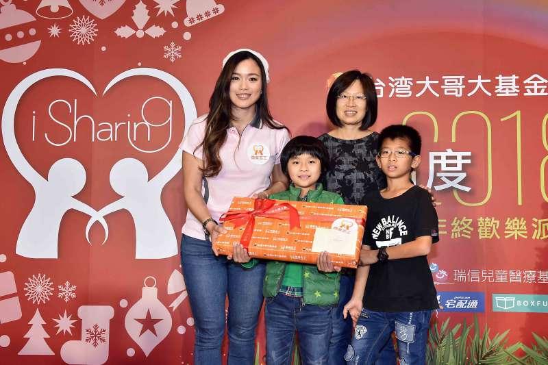 世界球后詹詠然(左)今(21)化身台灣大哥大基金會微樂心溫度的微樂志工,親自將準備的樂高露營車組送給病童辰辰,與一家人開心合影。