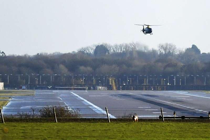 2018年12月20日,英國倫敦蓋威克機場發生「無人機之亂」,警方直升機在機場巡邏。(AP)
