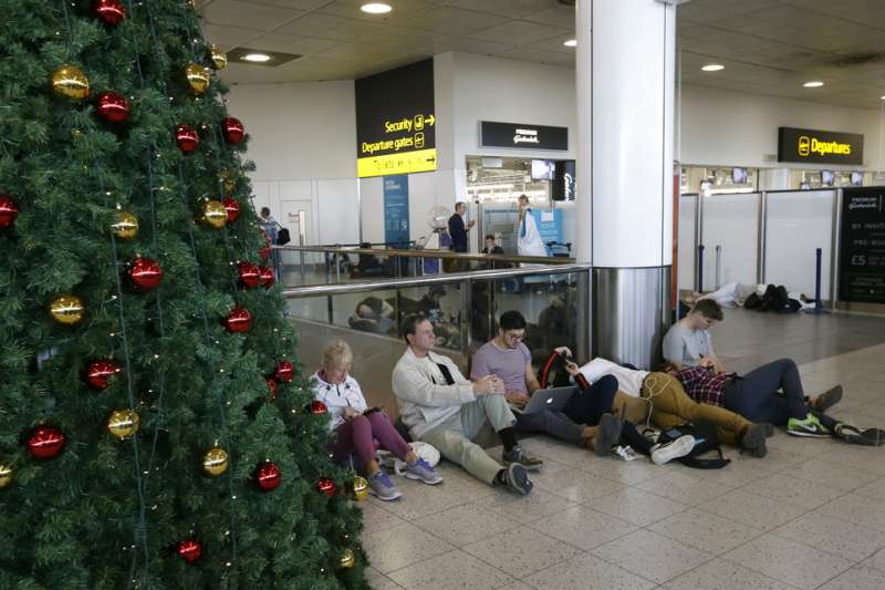 2018年12月20日,英國倫敦蓋威克機場發生「無人機之亂」,大批旅客滯留機場,耶誕假期大亂。(AP)
