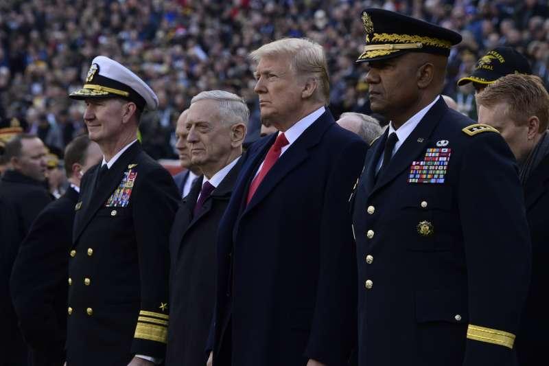 川普愛用職業軍人,但被他任用的軍人難有好下場,最新一位陣亡者就是國防部長馬提斯(左2)。(AP)