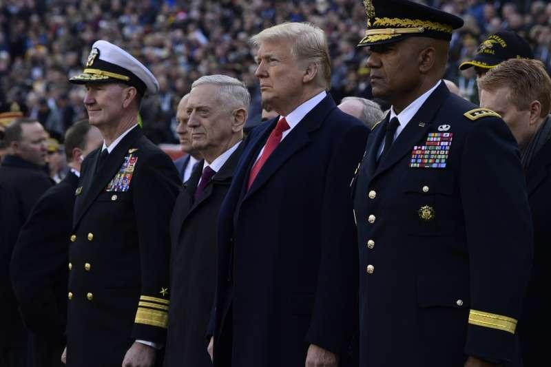 2018年12月20日,美國國防部長馬提斯(Jim Mattis,左二)宣布辭職,這是他的辭呈(AP)