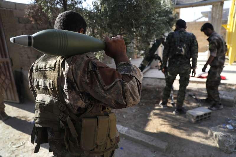 與美軍合作的敘利亞庫德族軍隊(AP)