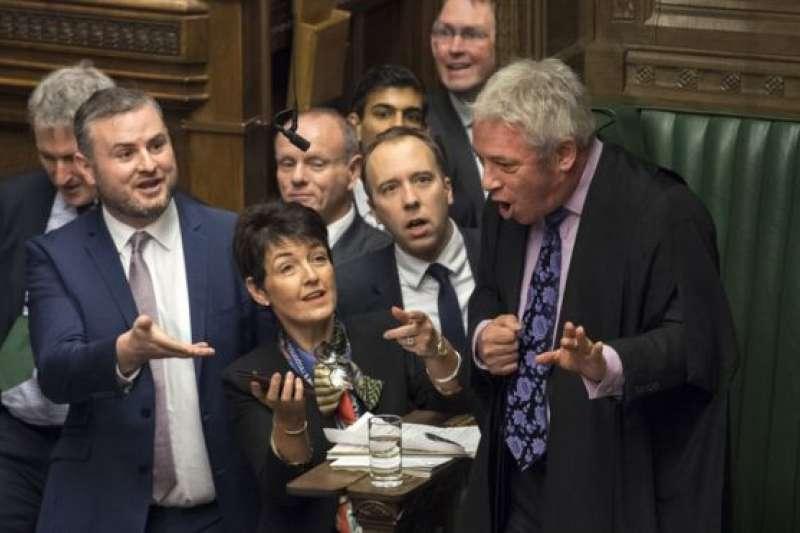 科爾賓說的是「蠢女人」(stupid woman) 還是「蠢貨」(stupid people) ,有議員拿出手機上的視頻給下議院議長約翰·伯考(John Bercow)看。(BBC中文網)