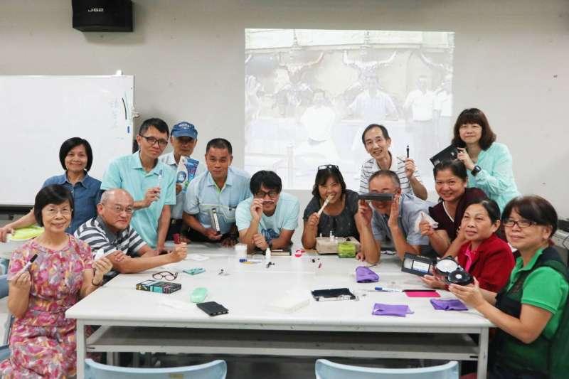 為了留下珍貴的記憶碎片,台南藝術大學媒體音像中心與電影蒐藏家博物館合作,展開「搶救家庭錄影帶」計畫,深入民間,教導民眾如何清潔、搶救過去的錄影帶,迄今已走過5年時光。(南藝大提供)