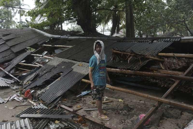 印尼巽他海峽22日晚間發生海底「山體滑坡」,引發海嘯,造成慘重傷亡(AP)