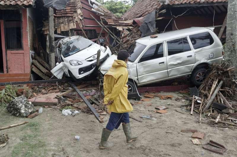 印尼巽他海峽22日晚間發生火山爆發引起海底「山體滑坡」,進而引發海嘯,造成慘重傷亡(AP)
