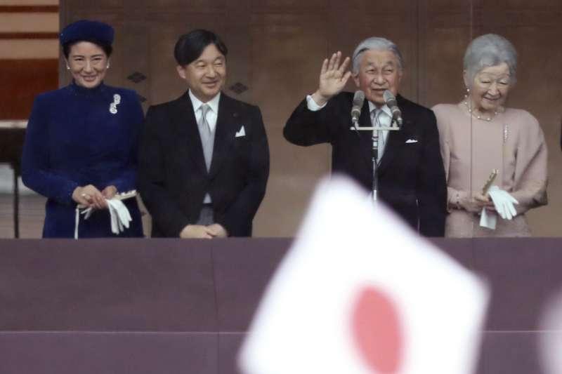 2018年12月23日,日本天皇明仁歡度85歲生日,與皇后美智子、皇太子德仁伉儷接受民眾祝賀。(AP)