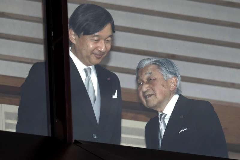 2018年12月23日,日本天皇明仁歡度85歲生日,與皇太子德仁接受民眾祝賀。(AP)