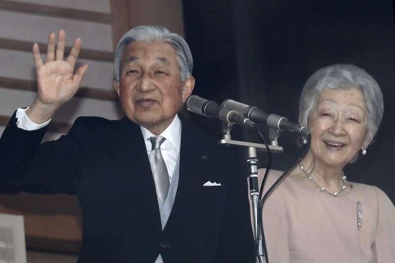 2018年12月23日,日本天皇明仁歡度85歲生日,與皇后美智子接受民眾祝賀。(AP)