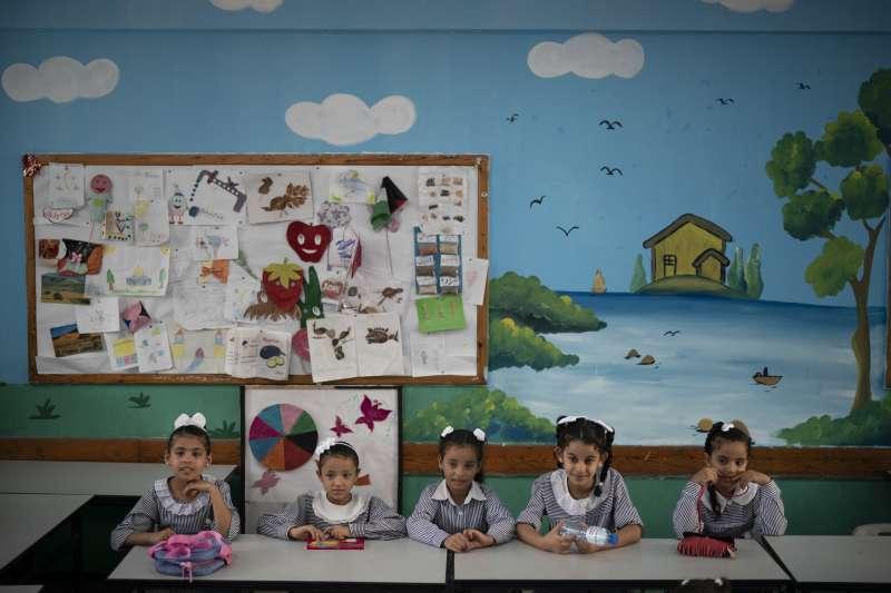 《學生為什麼不喜歡上學?》,圖為巴勒斯坦加薩走廊的聯合國救濟工作處學校開學首日(AP)