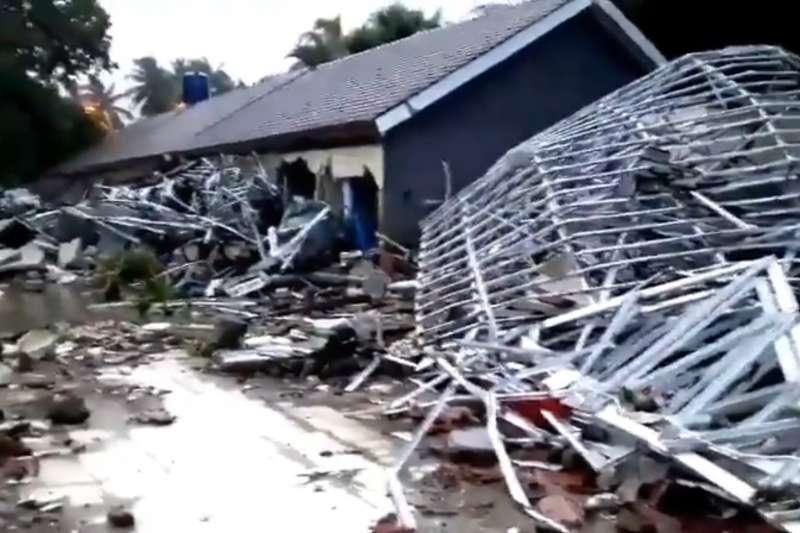 印尼巽他海峽22日晚間發生海底「山體滑坡」,引發海嘯,造成慘重傷亡(twitter.com/Sutopo_PN)