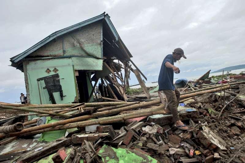 2018年12月22日,印尼巽他海峽因為火山爆發引起海底「山體滑坡」,進而引發災情慘重的海嘯(AP)