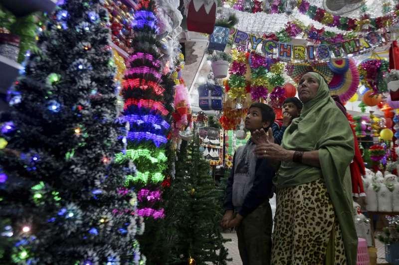 巴基斯坦的基督教家庭挑選耶誕飾品(AP)