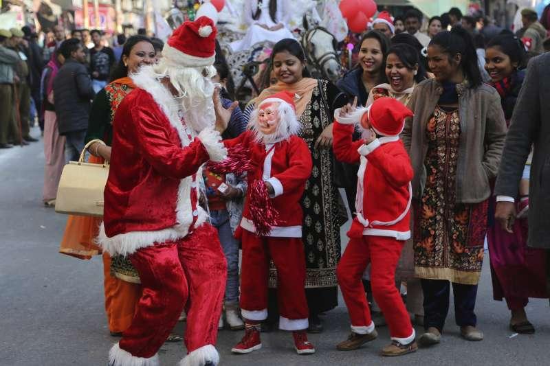 印度民眾與孩童穿著耶誕裝(AP)