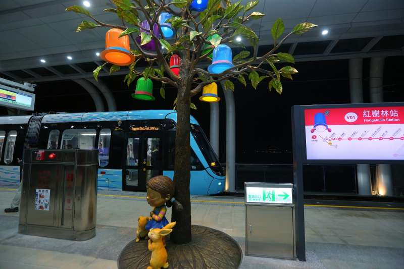 台灣本土藝術家幾米為淡海輕軌綠山線全線11座車站量身打造的公共藝術,讓國內外民眾搭乘時更開心愉悅。(圖/新北市捷運工程局提供)