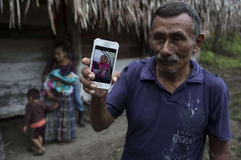 雅可琳祖父多明哥展示孫女照片。聖安多尼奧色科爾特茲村貧窮困苦,奈利才決定帶著雅可琳前往美國追求更好的生活,沒想到愛女魂斷異鄉。(美聯社)