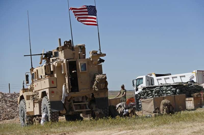 川普撤軍:駐守在土耳其與敘利亞邊界城市曼比吉的美軍(AP)