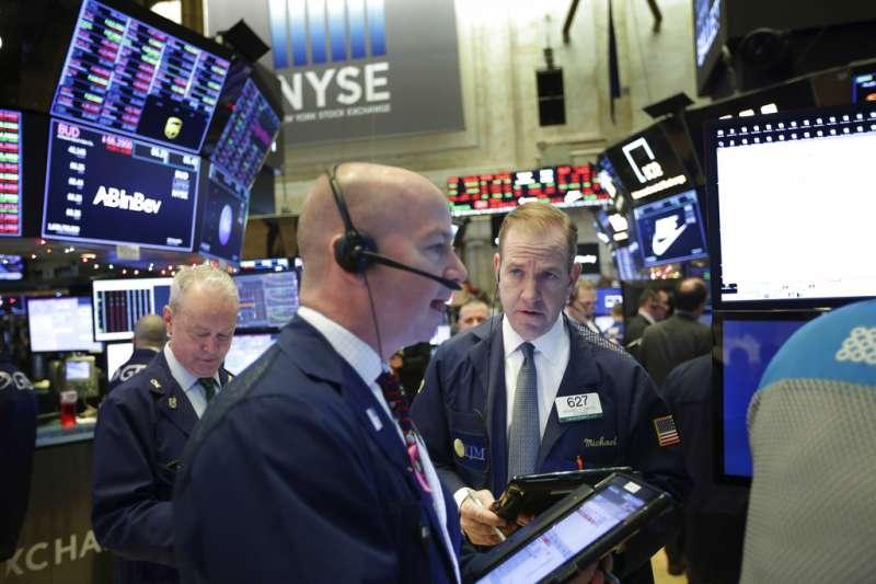 2018年12月24日,美國股市三大指數平安夜重挫逾2%,紐約證交所交易員緊盯盤勢。(AP)