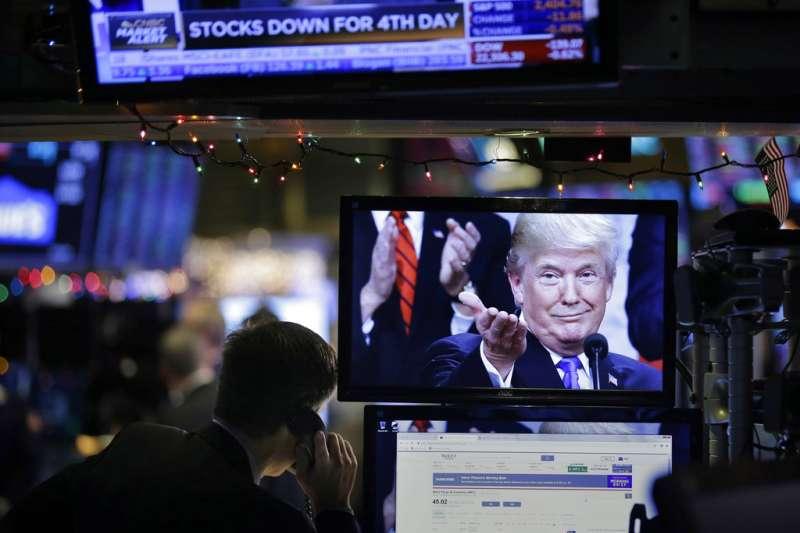 2018年12月24日,美國股市三大指數平安夜重挫逾2%,紐約證交所螢幕出現川普相片。(AP)